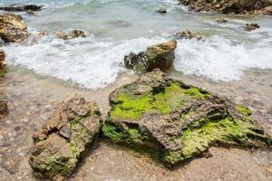pedras em uma praia na tailândia foto
