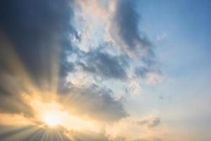nuvens no céu ao pôr do sol foto