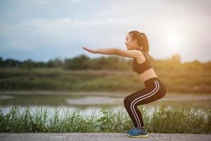jovem saudável se aquecendo ao ar livre para treinar