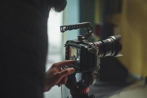 mão ajustando câmera de cinema