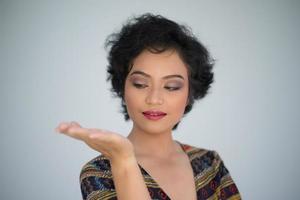 modelo feminino posa para a câmera foto