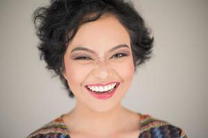 um retrato de uma mulher feliz foto