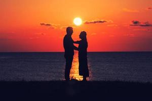 duas pessoas ao pôr do sol