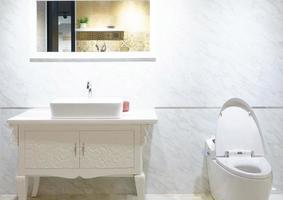 banheiro branco brilhante foto
