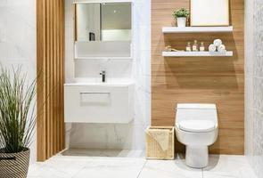 banheiro moderno de madeira clara