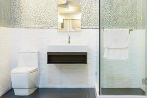 interior cinza do banheiro