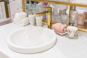 limpar pia do banheiro