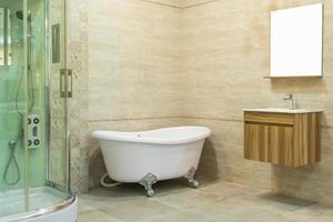 interior de banheiro moderno com penteadeira de madeira foto