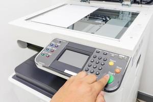 homem copiando papel da copiadora com controle de acesso para digitalização de cartão-chave foto