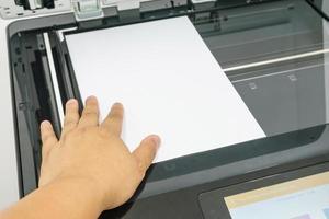 close-up da impressora de operação de mão de jovem empresário no escritório