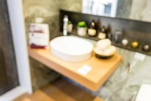 borrão abstrato lindo interior de banheiro luxuoso para o fundo foto