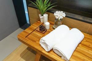 bela composição de tratamento de spa na mesa de madeira