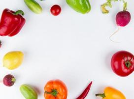 vista superior de vegetais como tomate pimenta pepino rabanete definido em forma redonda em fundo branco com espaço de cópia foto