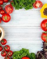 vista superior de vegetais como manjericão de coentro de tomate com triturador de alho pimenta preta em fundo de madeira com espaço de cópia foto