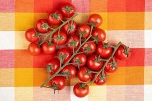 vista superior de tomates em fundo de pano xadrez foto