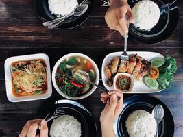 jantar na mesa foto