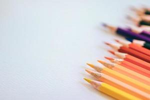 uma variedade de lápis de cor