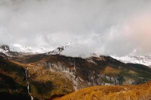 fotografia de paisagem de montanha com pico de neve