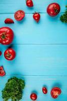 vista superior de tomates e coentros em fundo azul com espaço de cópia