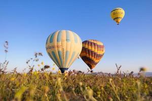 Istambul, Turquia, 2020 - balões de ar quente voando sobre um campo
