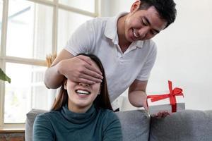 homem surpreende a namorada com caixa de presente. foto