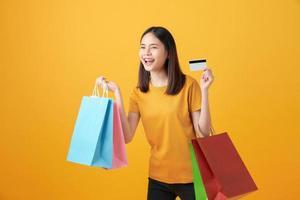 mulher segurando sacolas de compras foto