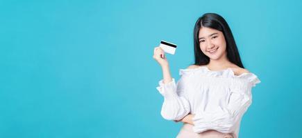 mulher segurando cartão de crédito