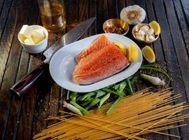 salmão cozido no vapor ao lado de fatias de limão