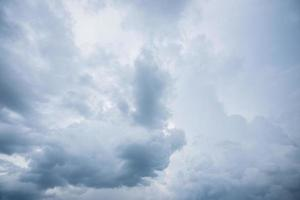 nuvens de chuva cinza foto