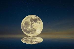lua refletida na água à noite foto