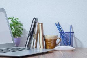 notebook na mesa foto