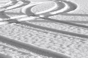 trilhas na neve fresca foto