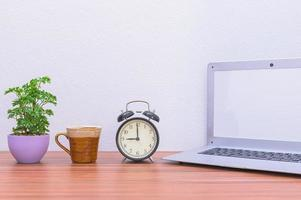 laptop na mesa do escritório foto