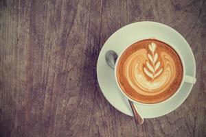 uma xícara de café latte ou cappuccino com efeito de filtro retrô foto