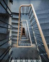 uma escada em espiral foto