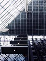 edifício de vidro em helsínquia