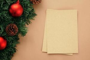 Modelo de maquete de cartão de feliz Natal com decorações de folhas de pinho