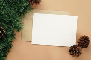 Cartão de feliz Natal e modelo de maquete de envelope