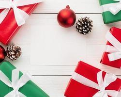 Modelo de maquete de cartão de feliz Natal com decorações para presente de Natal