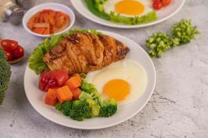 croissant de ovo fresco e café da manhã com vegetais foto