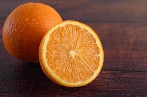 imagem macro de uma laranja madura em fundo de madeira