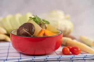sopa de almôndega de porco rodeada de ingredientes