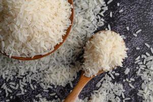 close-up de arroz moído em tigelas foto