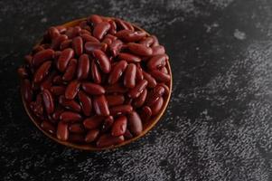 feijão vermelho em uma tigela de madeira foto
