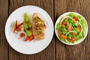 frango grelhado com legumes grelhados e salada foto