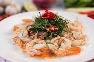 salada tailandesa picante com camarão foto