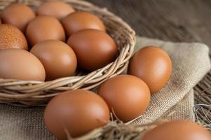 ovos crus em cânhamo e palha foto