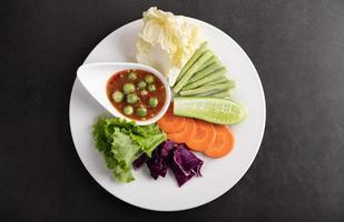 molho em uma tigela com vegetais