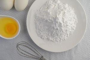 ovos e ingredientes de farinha de tapioca foto