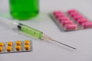 painéis de medicamentos, seringas e béqueres